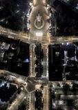 下来上面城市栅格在晚上 自由的纪念碑在拉脱维亚 免版税库存照片