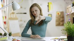 下来不快乐的年轻女人陈列拇指 股票录像