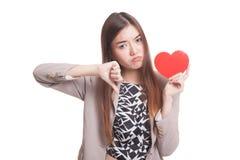 下来亚洲妇女拇指与红色心脏 库存图片