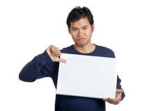 下来亚洲人拇指与一个空白的标志 免版税库存照片