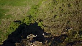 下来人的鸟瞰图山 步行在单独岩石峭壁下的男性 山的登山人 人 影视素材