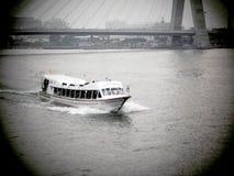 下来典型的长尾巴小船查奥Praya河在曼谷 免版税库存照片