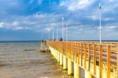 下来到有一个木码头的海在Zelenogradsk 免版税库存照片