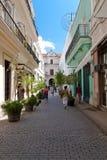 下来古巴人哈瓦那街道走 库存图片