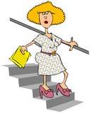 下来台阶走的妇女 免版税库存图片