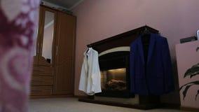 下来在新郎室的全景为婚姻做准备 影视素材