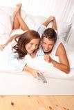 下来夫妇休息室位于的年轻人 免版税库存照片