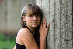 下来女孩查找墙壁年轻人 库存照片