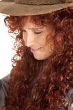 下来妇女红色头发帽子仔细的审视 库存图片