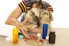 下来妇女头许多药片 库存照片