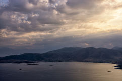 从下来山的顶端惊人的看法到海,接近Itea,希腊 免版税库存照片