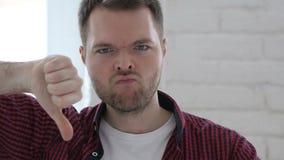 下来拇指由年轻人在工作 股票录像