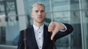 下来拇指由年轻可爱的商人在办公室外 在机场附近的愉快的人身分和调查照相机 影视素材