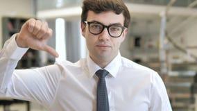下来拇指由年轻商人 影视素材