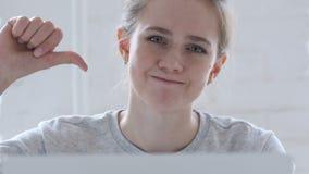 下来拇指由年轻女人在工作 股票录像