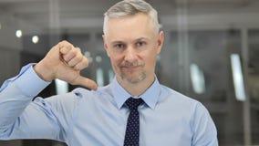 下来拇指由灰色看照相机的头发商人 影视素材