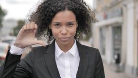 下来拇指由站立非洲的女实业家室外由路 股票视频