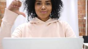 下来拇指由美国黑人的妇女,在家烦恶和拒绝 股票视频