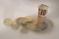 下来排泄去的货币 库存图片