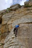 下来攀岩运动员查找与微笑 库存图片