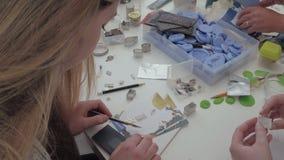 下来构成的女孩她查找的项目射击了微笑的方形工作运作的年轻人 她是微笑和注视着下来她的工作 股票录像