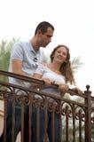 下来查找外部年轻人的b美好的夫妇 免版税图库摄影