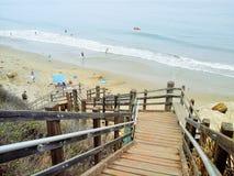 下来楼梯对海滩 免版税库存照片