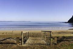 下来步行对海滩, Taipa海滩,新西兰 免版税库存照片