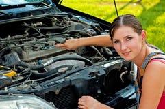 下来残破的汽车她的妇女 免版税库存照片