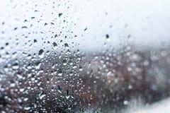 下来水下落、雨下落在玻璃和水滴 库存图片