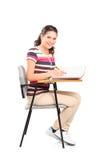 下来注意女小学生坐的文字 免版税库存图片