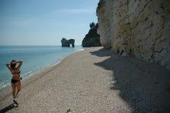 下来海滩意大利南部走 免版税库存照片