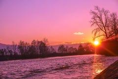 下来由河,日落通过  库存图片