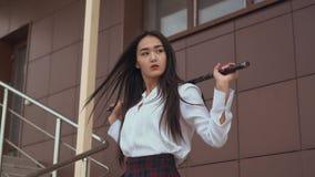 下来的日本人台阶在缓慢的mo在她的手上的拿着一把剑 股票视频