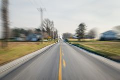 下来的汽车路,当很多运动和速度swooshing往它 免版税图库摄影