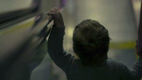 下来的自动扶梯的男孩 股票录像