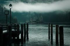下来的镇静有薄雾的湖 库存图片