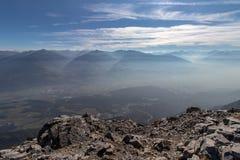 下来看法对Innvalley在奥地利在秋天如被看见从山Hundskopf的边在卡尔文德尔山脉山的, 库存图片
