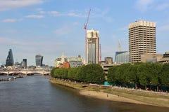 下来看法从魂断蓝桥伦敦的泰晤士河 免版税库存照片