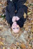 下来秋天愉快的叶子位于的妇女年轻&# 免版税库存照片