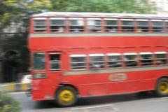 下来红色的公共汽车路 蠢材 免版税图库摄影