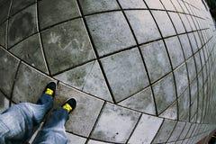 下来腿和黄色鞋带看法  图库摄影