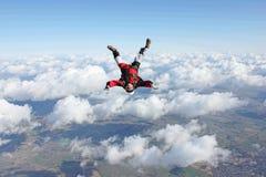 下来落的顶头跳伞运动员 免版税库存图片