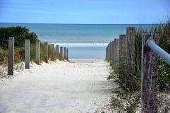 下来路径对海滩 图库摄影