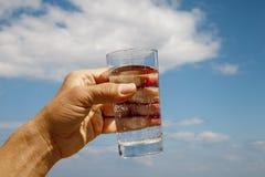 下来饮料落玻璃液体移动水 免版税库存照片