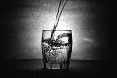 下来饮料落玻璃液体移动水 免版税库存图片