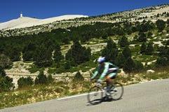 下来骑自行车者小山种族 库存图片