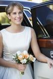 下来从汽车的新娘 免版税库存图片
