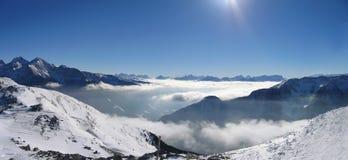 下来ahrn日有雾的谷 库存图片