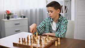 下棋和看手表的乏味男小学生,不愿意继续 股票录像